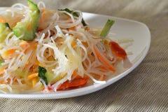 Funchoza dell'insalata con le verdure su un piatto bianco Fotografia Stock Libera da Diritti
