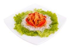 Funchoza-Salat auf Kopfsalatblättern Stockfotos