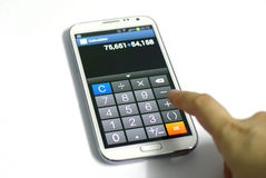 Función de la calculadora de Smartphone con la mano Imagenes de archivo