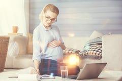 Funcionamento agradável da mulher gravida ao estar em licenças de parto Fotografia de Stock Royalty Free