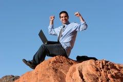 Funcionamento ao ar livre do homem de negócios feliz com portátil fotos de stock