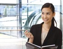 Funcionamento asiático feliz da mulher de negócios Fotografia de Stock