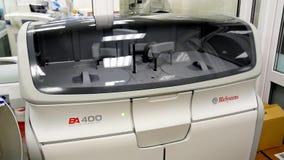Funcionamento automático do instrumento para determinar a análise de sangue filme