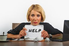 Funcionamento bonito e forçado novo da mulher de negócio oprimido e comprimido na mesa do laptop do escritório que pede o feeli d imagem de stock