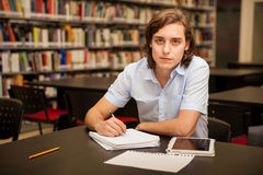Funcionamento considerável da estudante universitário foto de stock royalty free