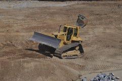 Funcionamento da escavadora em uma zona da construção fotografia de stock
