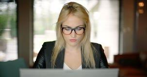 Funcionamento da jovem mulher até a noite atrasada no escritório filme