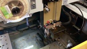 Funcionamento da máquina de corte do arco, close-up video estoque