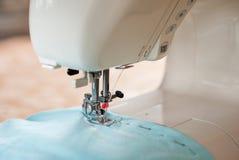 Funcionamento da máquina de costura fotos de stock