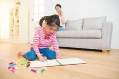 Funcionamento da mãe e tração das crianças Fotografia de Stock