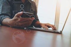 Funcionamento da mão do desenhista e telefone e portátil espertos imagem de stock royalty free