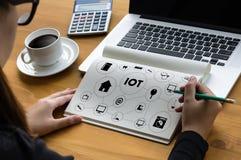 Funcionamento da mão do homem de negócio de IOT e Internet da palavra das coisas (IoT) Imagens de Stock