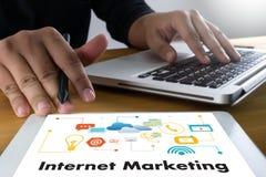 Funcionamento da mão do homem de negócio de IOT e Internet da palavra das coisas (IoT) Imagem de Stock