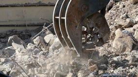 Funcionamento da maquinaria da demolição Movimento lento filme