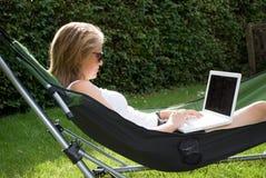 Funcionamento da menina mim o jardim Fotos de Stock Royalty Free