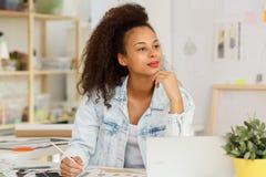 Funcionamento da mulher como o desenhador de moda Fotos de Stock Royalty Free