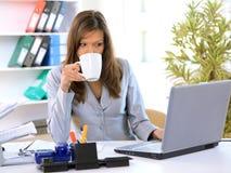 Funcionamento da mulher de negócio Fotografia de Stock