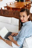 Funcionamento da mulher de negócio, usando a casa do laptop Uma comunicação dos povos Foto de Stock Royalty Free