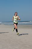 funcionamento da praia de um inverno de 5 & 10 milhas Fotos de Stock Royalty Free