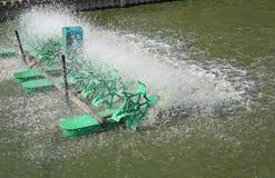 Funcionamento da prensa da turbina para o tratamento de águas residuais na lagoa imagens de stock royalty free