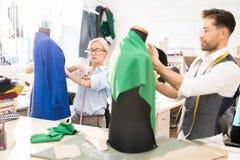 Funcionamento de dois desenhadores de moda na oficina fotografia de stock royalty free