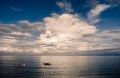 Funcionamento do barco de pesca no oceano Fotos de Stock Royalty Free