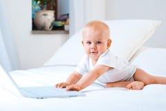 Funcionamento do bebê imagens de stock royalty free
