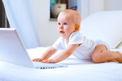 Funcionamento do bebê fotografia de stock