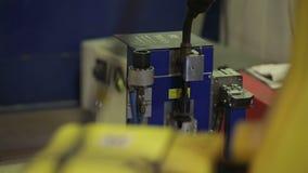 Funcionamento do braço robótico moderno da máquina de soldadura video estoque