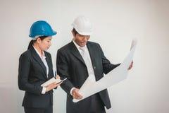 Funcionamento do homem e da mulher do arquiteto do contramestre teamwork foto de stock
