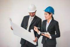 Funcionamento do homem e da mulher do arquiteto do contramestre teamwork foto de stock royalty free