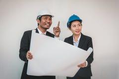 Funcionamento do homem e da mulher do arquiteto do contramestre teamwork fotografia de stock royalty free