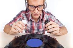 Funcionamento do homem novo como o DJ com fones de ouvido e vidros Fotografia de Stock Royalty Free