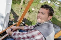 Funcionamento do homem sentado no escavador do táxi fotos de stock