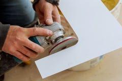Funcionamento do moedor do lado do trabalhador em pavimentar a telha na construção fotos de stock royalty free