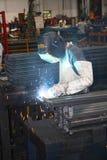 Funcionamento do operador da soldadura manual Fotografia de Stock Royalty Free