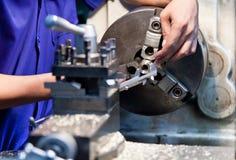 Funcionamento do operador de máquina da trituração Imagem de Stock