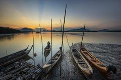Funcionamento do pescador e barco do pescador Imagem de Stock