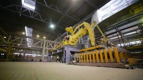 Funcionamento do robô, bens da embalagem na fábrica industrial filme