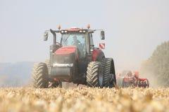 Funcionamento do trator em um campo de milho na república de checo foto de stock