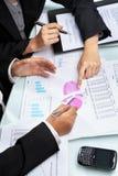 Funcionamento e análise da mulher de negócios Imagens de Stock Royalty Free