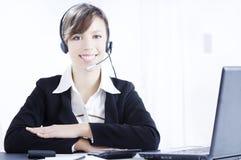 Funcionamento e sorriso da mulher nova Imagens de Stock