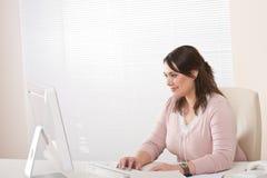 Funcionamento executivo fêmea com o computador no escritório Foto de Stock Royalty Free