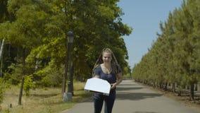 Funcionamento fêmea do rolo na entrega da pizza do parque vídeos de arquivo