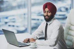 Funcionamento farpado indiano novo do homem de negócios fotografia de stock