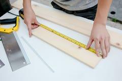 Funcionamento idoso do carpinteiro Imagens de Stock Royalty Free