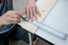 Funcionamento idoso do carpinteiro Foto de Stock