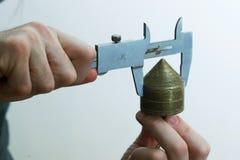 Funcionamento idoso do carpinteiro Verifique a medida da placa fotos de stock royalty free