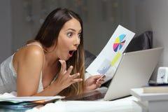 Funcionamento independente surpreendido em linha na noite imagens de stock royalty free
