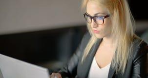 Funcionamento irritado da jovem mulher até a noite atrasada no escritório filme